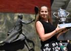 """Foto: Laimīgā Ostapenko ar """"French Open"""" trofeju rokās"""