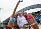 Latvijas sportistes olimpiādē noformē <i>selfiju</i> ar prezidentu Bahu un dvīnēm