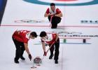 Šveices kērlingisti pieveic Kanādu un turpina cīņu par pusfinālu