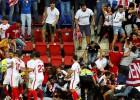 """14 """"Sevilla"""" fani savainoti pēc žoga saplīšanas, nevienam nav nopietnu traumu"""