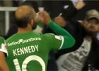 Video: Pēc efektīga panākuma futbolists ierauj no fana glāzes
