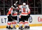 """''Flyers'' uzvar viesos, aizsargs gūst savainojumu; panākums arī """"Flames"""""""