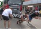 Video: Brāļi Kazeļņiki velk 45 tonnu smagu autosakabi