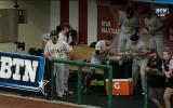 Video: Kamēr treneris sniedz interviju, spēlētāji fonā rīko ēšanas sacensības