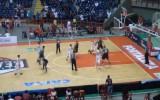 Video: Basketbolists speciāli aizmet garām sodiņu, lai izrautu uzvaru pēdējā sekundē
