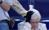 Video: NBA jocīgākie momenti: kundze dabū pa galvu no karsēja
