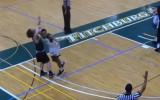 Video: Ar elkoni pa galvu: basketbolists nokdaunē pretinieku