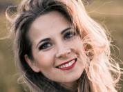 Video: Evija Sloka Latvijā izdod pirmo dziesmas kaverversiju