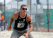 Latvijas pludmales volejbolisti grauj horvātus un iekļūst finālā