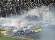 NASCAR Deitonas posms noslēdzas ar šaušalīgu avāriju finišā (+video)