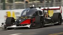 Pirmajās robotizēto auto sacīkstēs notiek avārija, un trasē izskrien suns