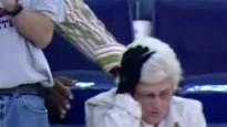 NBA jocīgākie momenti: kundze dabū pa galvu no karsēja
