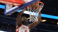 NBA nedēļas topā triumfē Kapela ar bloku