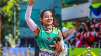 Maratona skrējēja veic 30 kilometrus ar suņuku uz rokām