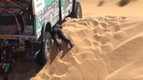Video: Smagie auto iestrēgst Dakaras rallija smiltīs