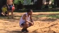 """Ronaldinju cietumā spēlē pludmales """"futbolvolejbolu"""""""