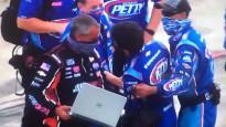 NASCAR braucējs pēc finiša divreiz noģībst