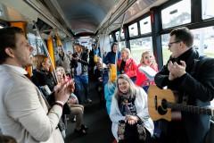 Video: Populāri mūziķi pirmdienas rītā iepriecina rīdziniekus ar jestru ballīti tramvajā
