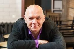 """Kultūras pils """"Ziemeļblāzma"""" piedāvā muzikālo interviju - dziedošo aktieri Vari Vētru intervēs Andris Kivičs"""