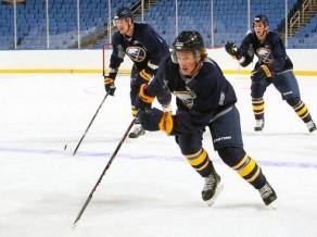 Girgensons, Indrašis un Bļugers uzsāk treniņus NHL klubu jauno spēlētāju nometnēs
