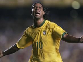 Leģendārais Ronaldinju 37 gadu vecumā beidz futbolista karjeru