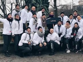Latvijas sinhronās slidošanas izlase apsteidz divas pretinieces PČ īsajā programmā