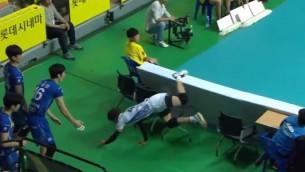Video: Volejbolists iespaidīgi glābj situāciju