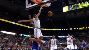"""Video: NBA nedēļas labākajos momentos uzvar """"Celtics"""" aizsargs"""