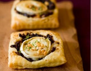 Pikantās kūciņas ar kazas sieru un karamelizētiem sīpoliem