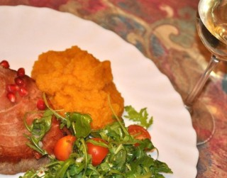 Tunča steiks ar ķirbju biezeni un granātābolu
