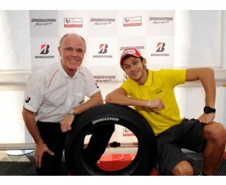 Valentīno Rossi un Bridgestone sadarbojas motociklu riepu drošības uzlabošanā