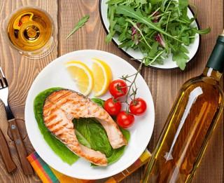 Praktiski padomi, kā izvēlēties vīnu pie zivju ēdieniem