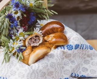 Tradicionālie un vegānu pīrādziņi Līgo galdam