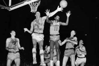 Mūžībā aiziet divi vēsturiski NBA spēlētāji