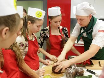 Skolēni izveido pavārgrāmatu ar 50 vienkāršām un gardām receptēm