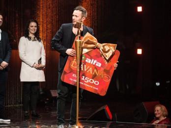 """""""Debesis iekrita Tevī"""" triumfē Zelta mikrofons 2017 noslēguma ceremonijā"""