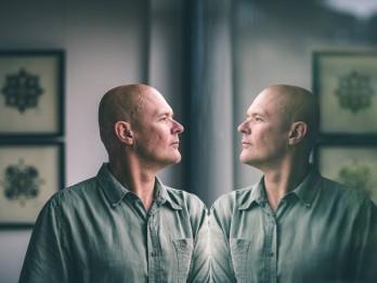 """Veiksmīgā izstāde """"Nāru portreti"""" Itālijā mākslinieku Robertu Koļcovu iedvesmo jauniem darbiem"""