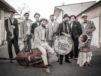 """Džeza virtuozi """"Streetview Dixieclub"""" Kalnciema kvartālā"""