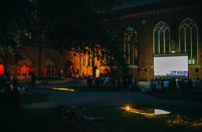 """Jūlijā Rīgas Doma dārzā notiks bezmaksas brīvdabas filmu seansi  """"Kino par kino"""""""