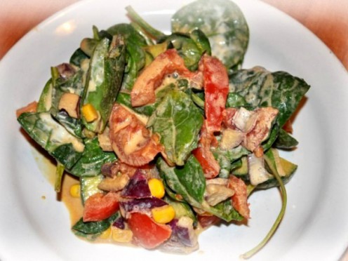 Svaigu dārzeņu un bazilika salāti ar sojas un krējuma mērci