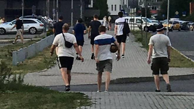 Vācu jaunieši Latvijas sieviešu 1. līgas futbola spēles laikā nozog stūra karodziņu