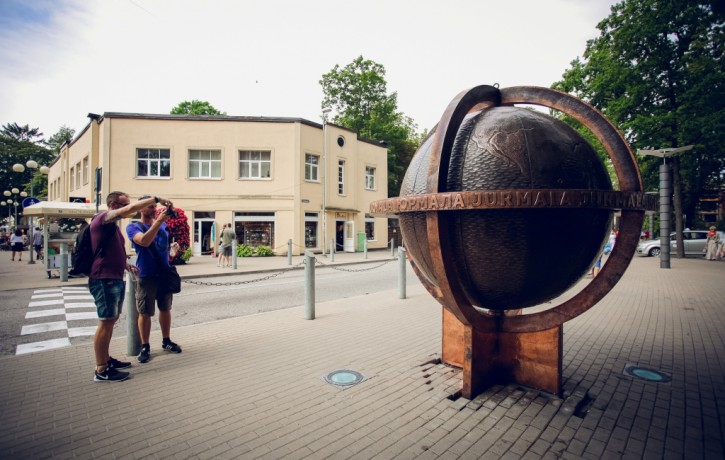 """Jūrmalas pilsētvidē atgriezies iecienītais apskates objekts """"Globuss"""""""