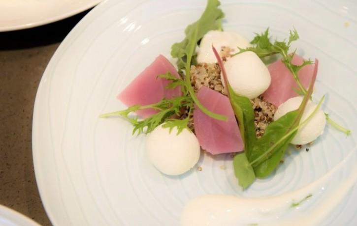 Biešu salāti ar biezpiena bumbām un kvinoju