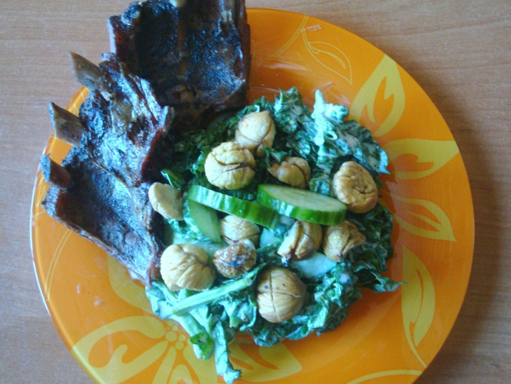 Spinātu salāti ar ceptiem kastaņiem un žāvētām ribiņām