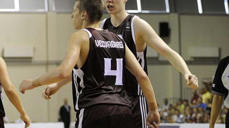 Dāvis Bertāns un Kaspars Vecvagars Foto: Romāns Kokšarovs, Sporta Avīze, f64