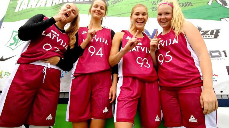 """Latvijas U18 izlases meitenes pēc uzvaras """"Sprite Streetball"""" – Igaunijas čempionāta – noslēguma posmā """"Tallinn Open"""". Publicitātes foto"""