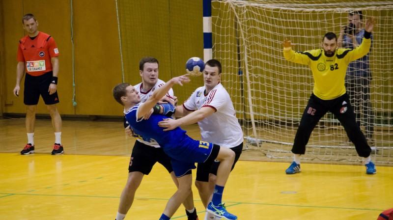 """""""Tenax"""" spēlētāji Egils Politers un Kristaps Krivmanis aizsardzībā pret  ludzānieti Normundu Seņkānu. Foto: LHF"""