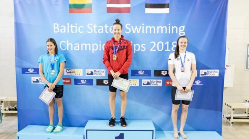 Ieva Maļuka (pa kreisi) un Gabriela Ņikitina (centrā) pēc martā gūtās dubultuzvaras Baltijas valstu čempionāta 100 metru brīvā stila distancē Foto: swimming.lv