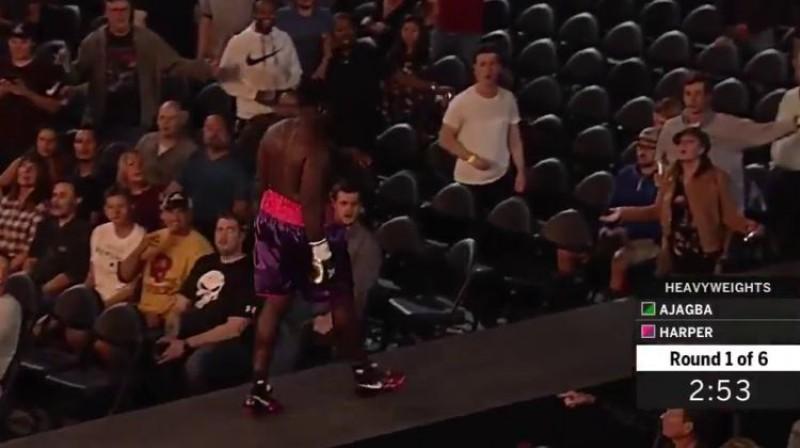 Kērtiss Hārpers dodas prom no ringa, līdzjutēju svilpienu pavadīts Foto: Ekrānšāviņš no video