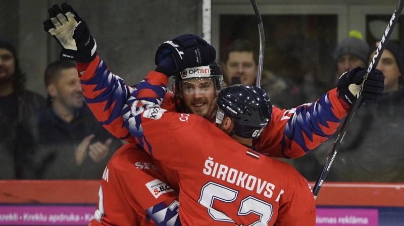 Aleksejs Širokovs kopā ar komandas biedriem. Foto: Romāns Kokšarovs/f64